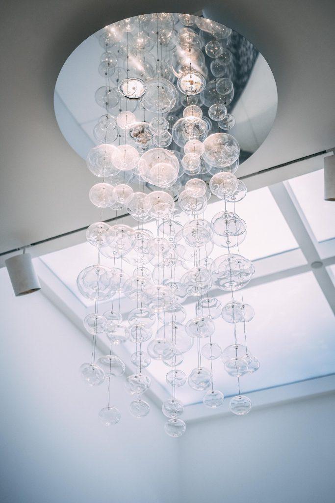 szklany zyrandol w stylu glamour 683x1024